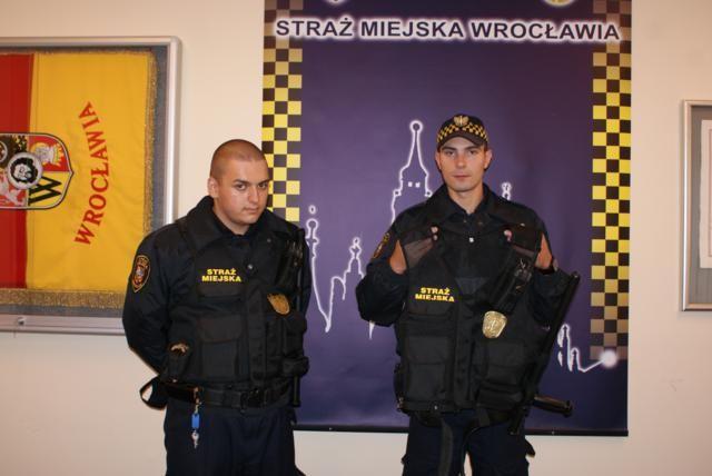 Strażnicy miejscy dostali nowe kamizelki, w których będą patrolować miasto