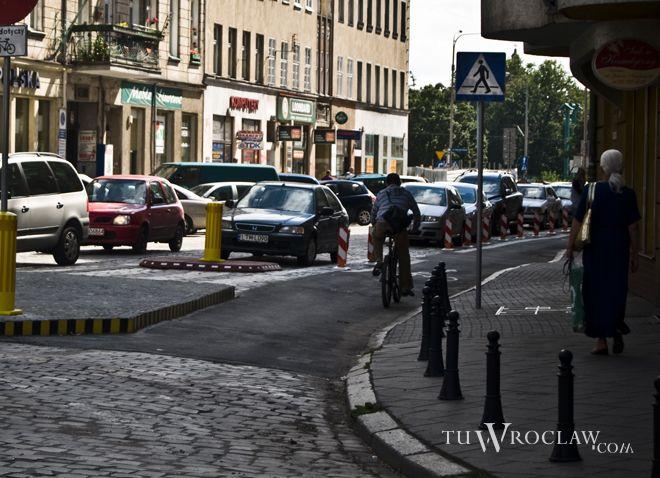 Poruszanie się rowerem po Wrocławiu to często walka z kierowcami i pieszymi