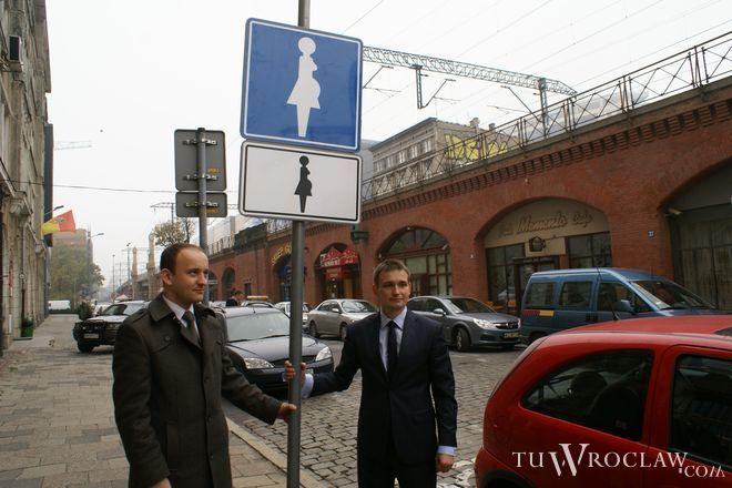 Specjalny znak przed urzędem miejskim postawili wspólnie Krzysztof Liegmann i poseł Michał Jaros