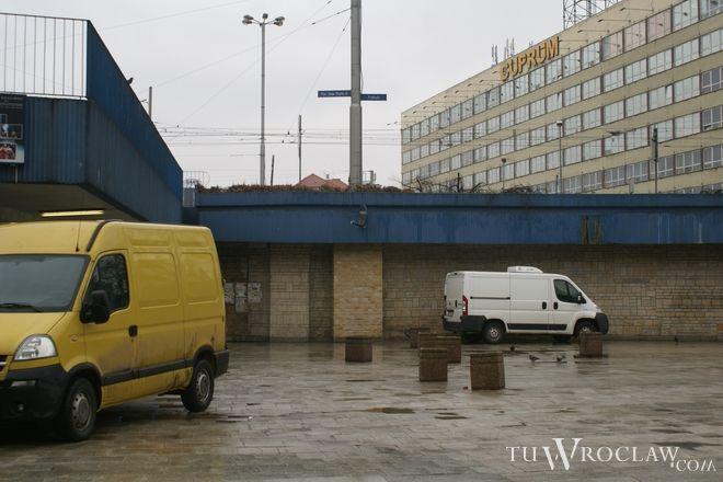 Mężczyźni niszczyli biletomaty na placu Jana Pawła II
