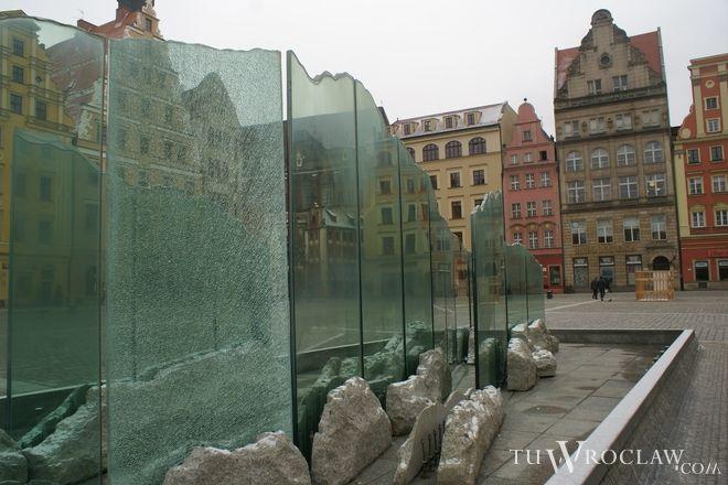 Szklana tafla fontanny była już uszkodzona w ubiegłym roku