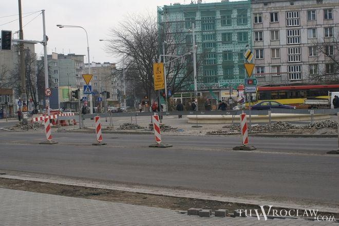 Nową nawierzchnią na placu Orląt Lwowskich mamy jeździć na przełomie kwietnia i maja