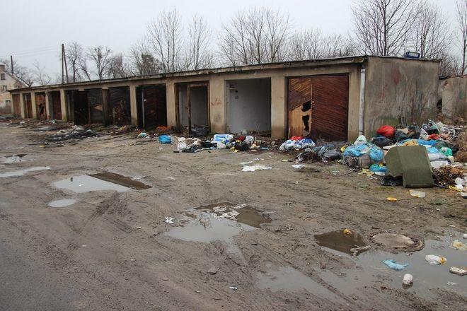 Opuszczone garaże przy zbiegu Jordanowskiej, Avicenny i Wiejskiej zamieniły się w wysypisko śmieci