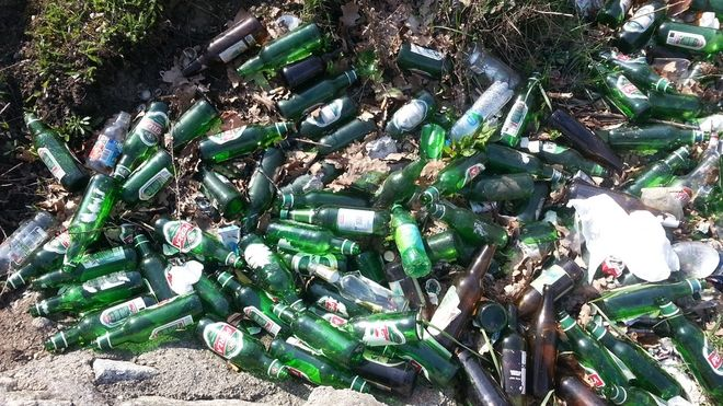 Butelki, kapse, potłuczone szkło - tak wyglądają zielone tereny nad Odrą
