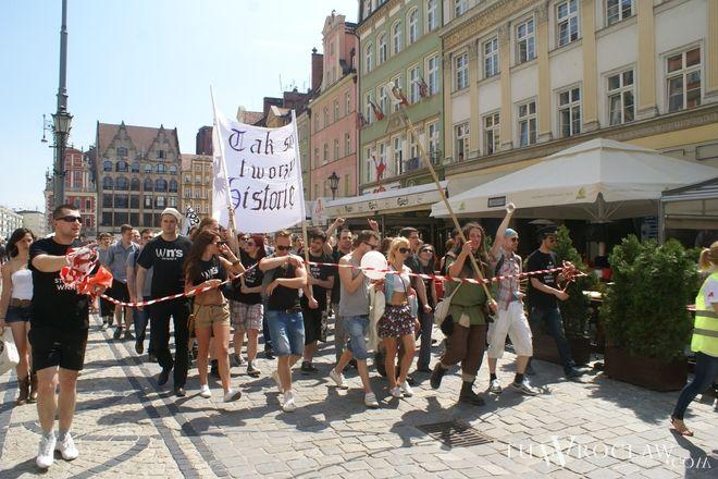 Wrocławscy studenci w czasie majowych juwanliów i pochodu na Rynku byli mocno wyluzowani