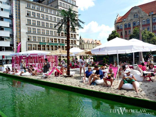 Niedawno temu latem, na czas festiwalu filmowego, plac Solnym zamienił się w wielką plażę