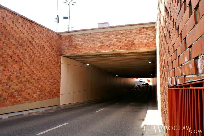 Mężczyzna wpadł do tunelu przy placu Dominikańskim