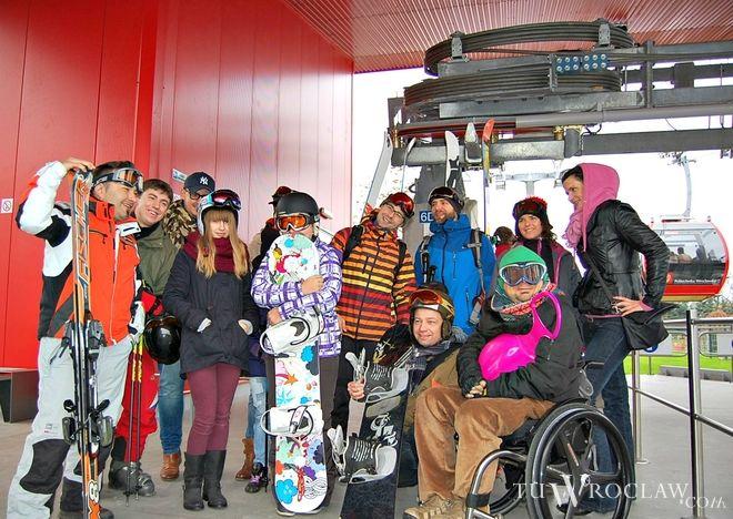 Kilkanaście osób wsiadło w niedzielę do Polinki w strojach narciarskich