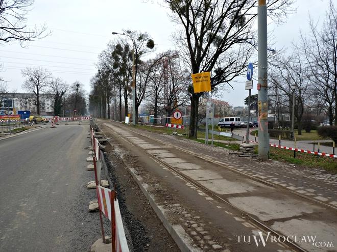 Remont ul. Przyjaźni opóźnił się przez konieczność wycinki drzew przy torowisku tramwajowym