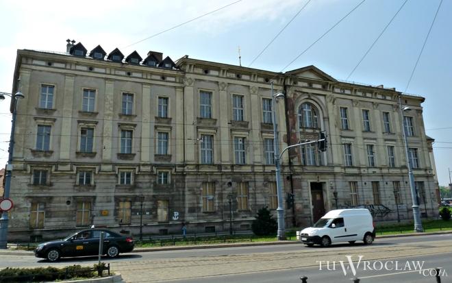 Dawny budynek farmacji sprzedano w 2013 roku