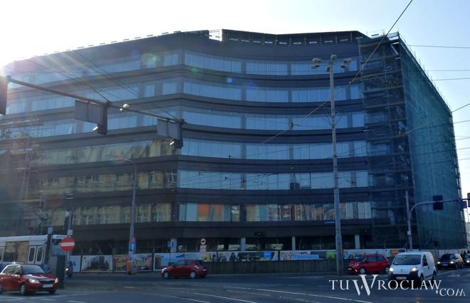 Ulicę Wierzbową modernizuje firma Skanska, który buduje tam swój nowy biurowiec