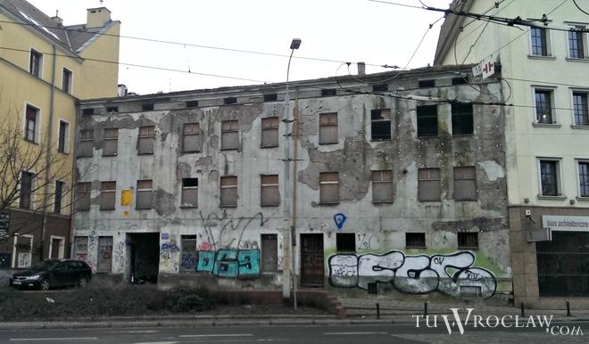 Zrujnowana kamienica od lat straszy w samym centrum miasta