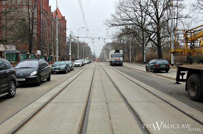 Na części ulicy Nowowiejskiej już pojawiło się nowe torowisko tramwajowe