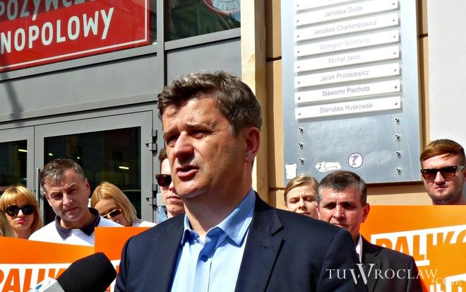 Janusz Palikot przyjechał do Wrocławia. Pod biurami posłów PO zorganizował happening