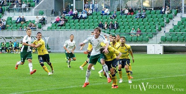 Jacek Kiełb (w wyskoku) był jednym z lepszych piłkarzy Śląska w meczu z Piastem, ale nie uchronił swojej drużyny przed porażką