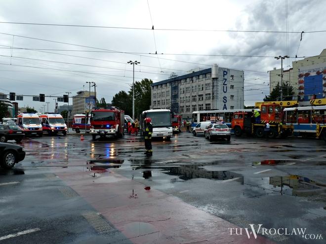 We wtorek przed południem doszło do poważnego wypadku na skrzyżowaniu ulicy Oławskiej z Piotra SkargI