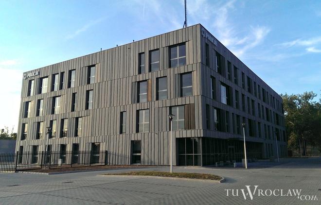 Nowy budynek powstał przy ulicy Ślężnej, między skrzyżowaniami ze Sztabową a Wiśniową