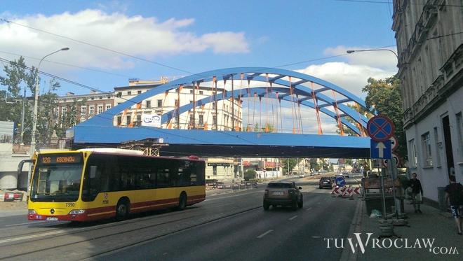 Dwa nowe przęsła wiaduktu kolejowego nad ulicą Grabiszyńską już są