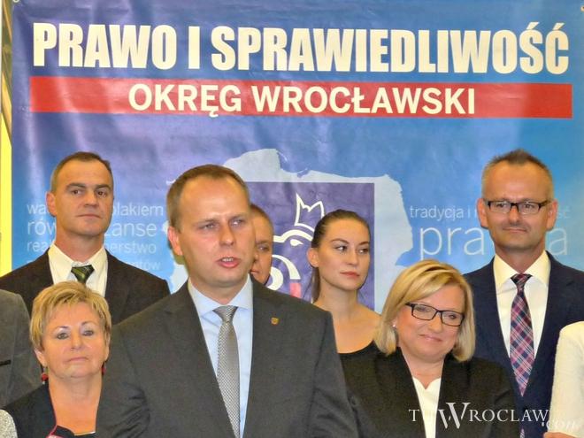 Wojewoda Paweł Hreniak na pierwszym planie