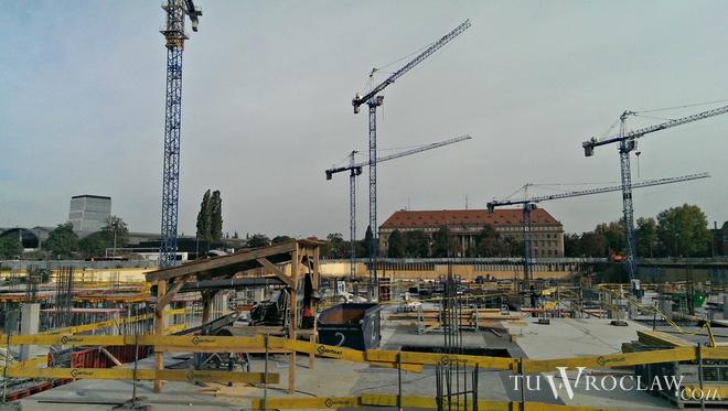 Kładka dla pieszych połączy plac budowy galerii handlowej Wroclavia z zapleczem budowy