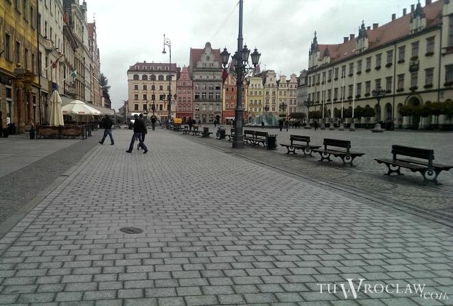 Do ułożenia gładkiej kostki brukowej wzdłuż wszystkich pierzei Rynku zabrakło niewiele
