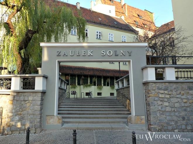 Nowy wygląd bram w Zaułku Solnym budzi kontrowersje
