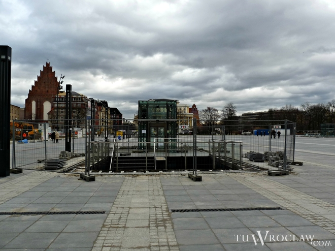 Nad klatkami schodowymi prowadzącymi na parking Narodowego Forum Muzyki pojawią się szklane wiaty