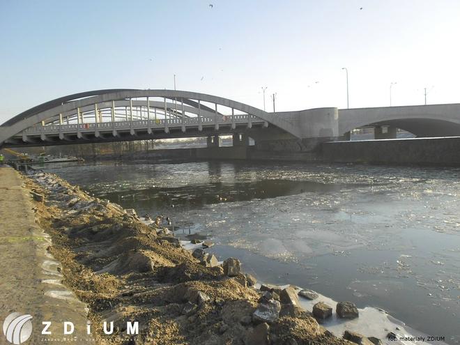 Trwa budowa ścieżki rowerowej pod mostami Warszawskimi