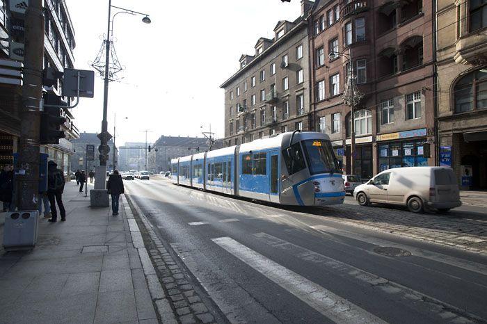 Bez krańcówki Tramwaj Plus (na zdjęciu na testach na ulicach Wrocławia) nie miałby jak dojechać na stadion od stony Kozanowa.