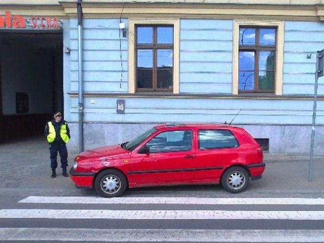 Funkcjonariusze karzą też kierowców, którzy w niedozwolonych miejscach parkują swoje pojazdy