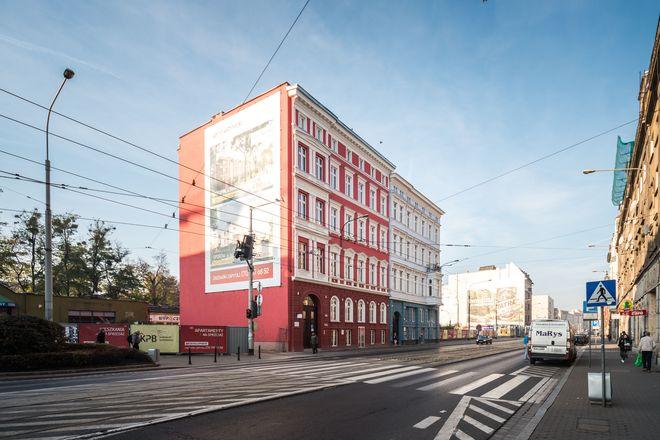 Dwie zabytkowe kamienice przy ulicy Piłsudskiego już po rewitalizacji. Od razu przyciągnęły nowych lokatorów ZDJĘCIAi