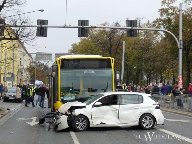 Gigantyczny karambol z udziałem 9 aut i autobusu MPK na jednej z głównych arterii Wrocławia. Są ranni