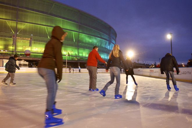 Wrocławianie chętnie ślizgali się pod stadionem w poprzednich latach