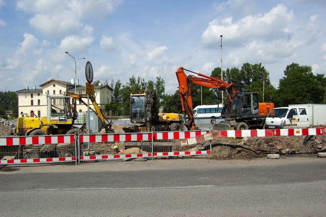 Teren, gdzie ma powstać parking wciąż jest placem budowy