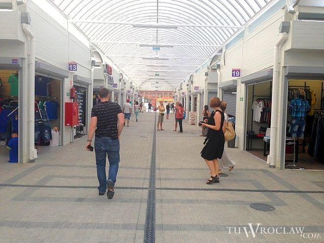 Kupcy z targowiska przy Zielińskiego w lipcu przenieśli się do nowego pasażu handlowego