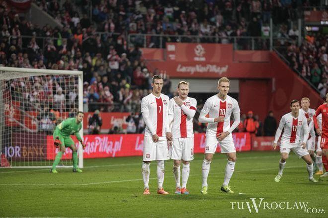 Sebastian Mila (w murze w środku) w czasie ostatniego meczu Polska-Szwajcaria we Wrocławiu