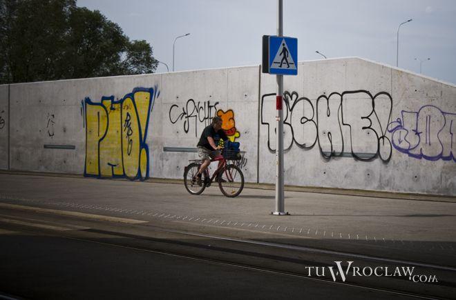 Bazgranie po murach i obiektach inżynierskich to prawdziwa plaga w rejonie Wrocławia