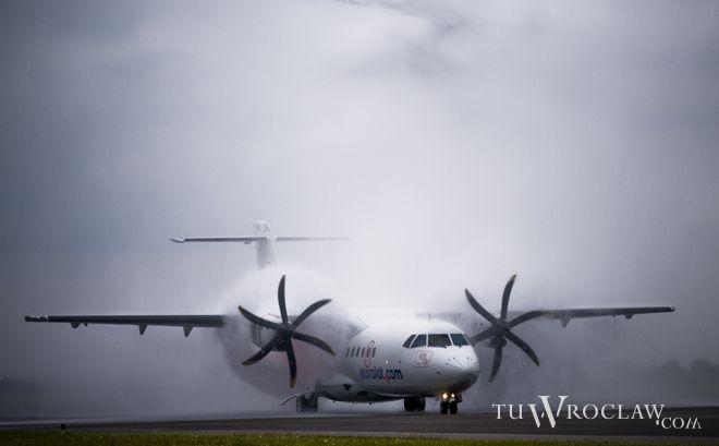 Pierwszy lot ze Lwowa powitano uroczystym salutem wodnym
