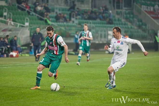 Paweł Zieliński (przy piłce) w meczu z Górnikiem dostanie szansę na debiut w pierwszym składzie Śląska.
