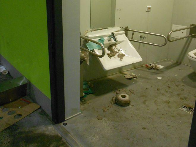Tak wyglądały toalety po wizycie kibiców Zagłębia Lubin