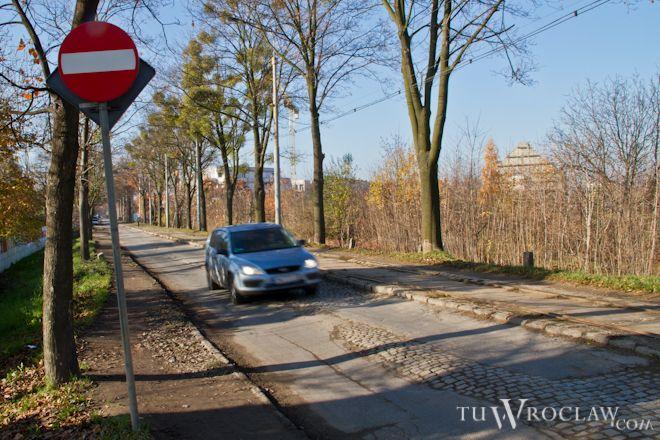 Mieszkańcy mówią, że droga nie była remontowana w całości odkąd przed wojną zbudowali ją Niemcy