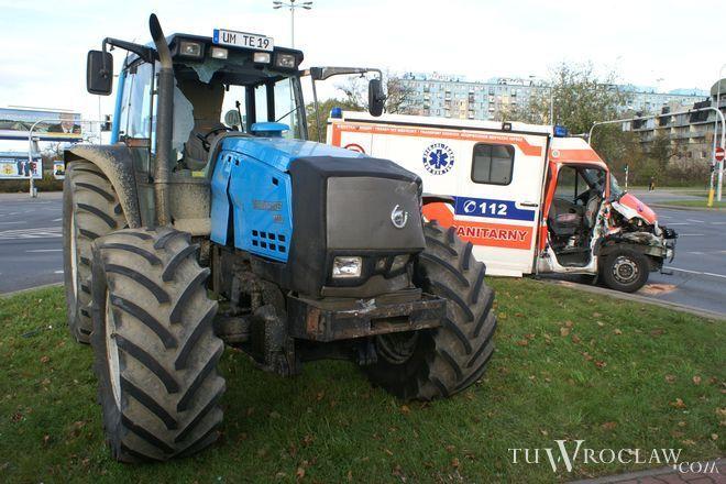 Na skrzyżowaniu Borowskiej z Armii Krajowej karetka zderzyła się z traktorem