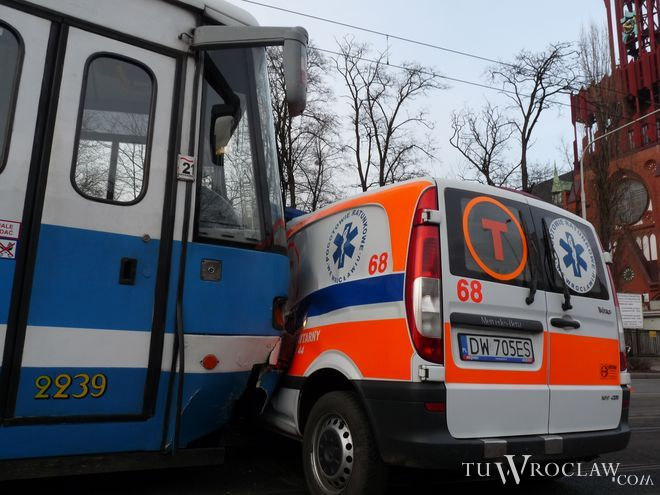 Na ul. Grabiszyńskiej karetka zderzyła się z tramwajem