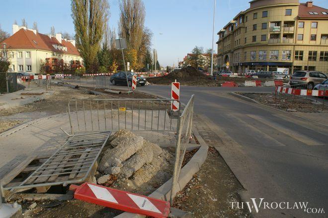 W obrębie nowego ronda na Ołtaszyńskiej wciąż prowadzone są roboty budowlane