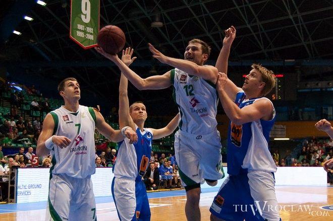 Adrian Mroczek-Truskowski (z piłką) w meczu z AZS Kutno imponował opanowaniem i skutecznością.