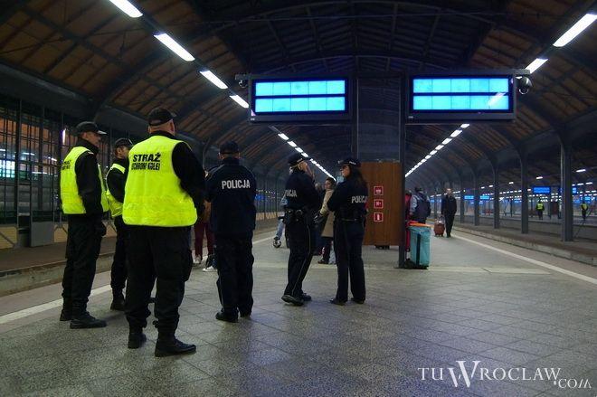 Pociąg, który wyruszył z Dworca Głównego zatrzymano na Nowym Dworze i wezwano policję