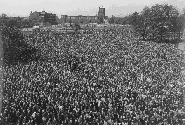 Zdjęcie tłumu wrocławian spod Mazowieckiej podczas spotkania z Lechem Wałęsą z VI 1981 r.