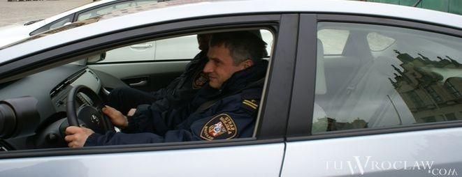 Strażnicy miejscy każdego dnia ustawiają na wrocławskich ulicach urządzenia do pomiaru prędkości