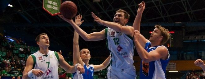 Krzysztof Sulima (z lewej) będzie rywalizował o miejsce w pierwszym składzie Śląska z Amerykaninem Zeke Marshallem.