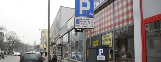 Zastawianie chodników przez parkujące samochody to jeden z największych problemów, z jakimi muszą we Wrocławiu borykać się piesi